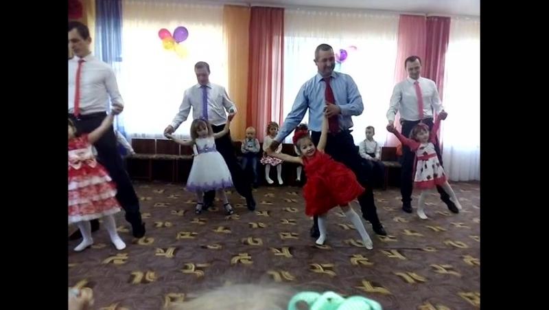 Танець донечок і татусів.