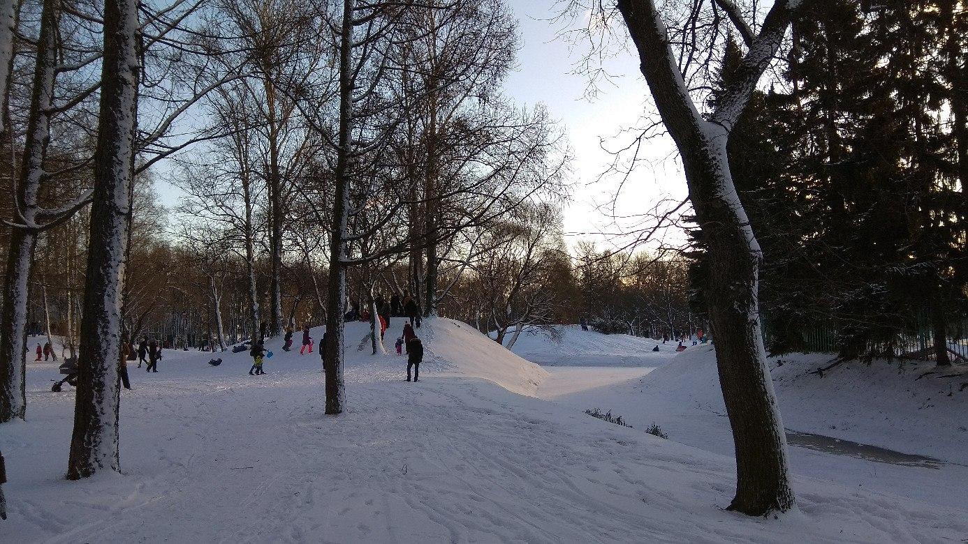 Не понимаю, почему в Парке Победы с горок кататься можно, а в нашем парке нельзя?