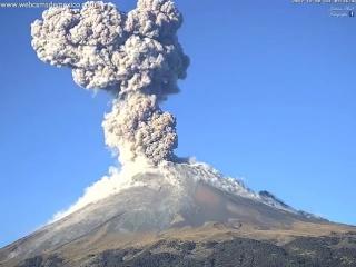 Вулкан Попокатепетль, находящийся в 90км от мексиканской столицы Мехико, выброси