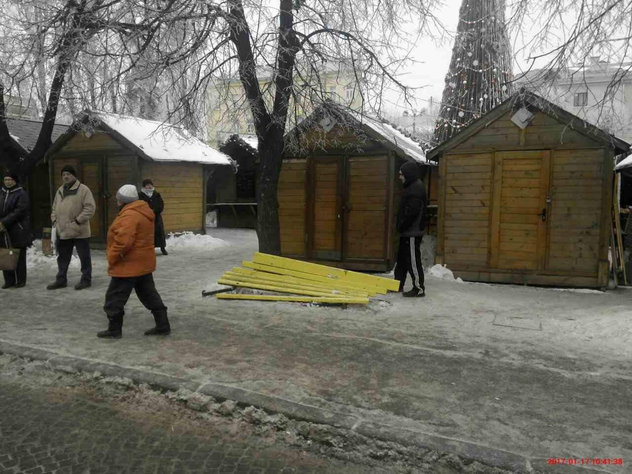 Невідомі зламали лавки біля Різдвяного містечка (ФОТО)
