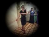 Танцует цыганочка в розовых носках