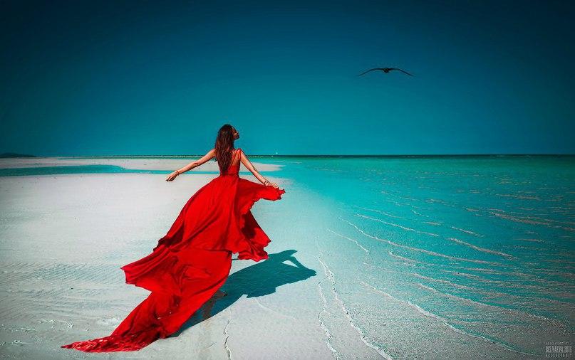 Фото девушки в платье у моря