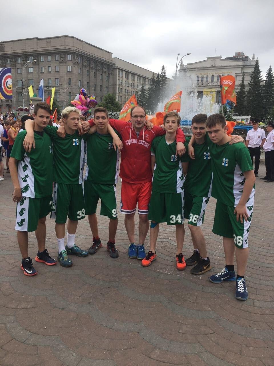 Спортсмены отдела баскетбола с тренером-преподавателем Ячменевым Дмитрием Леонидовичем