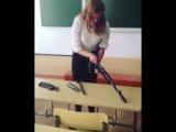 Девушка разбирает и собирает автомат Калашникова