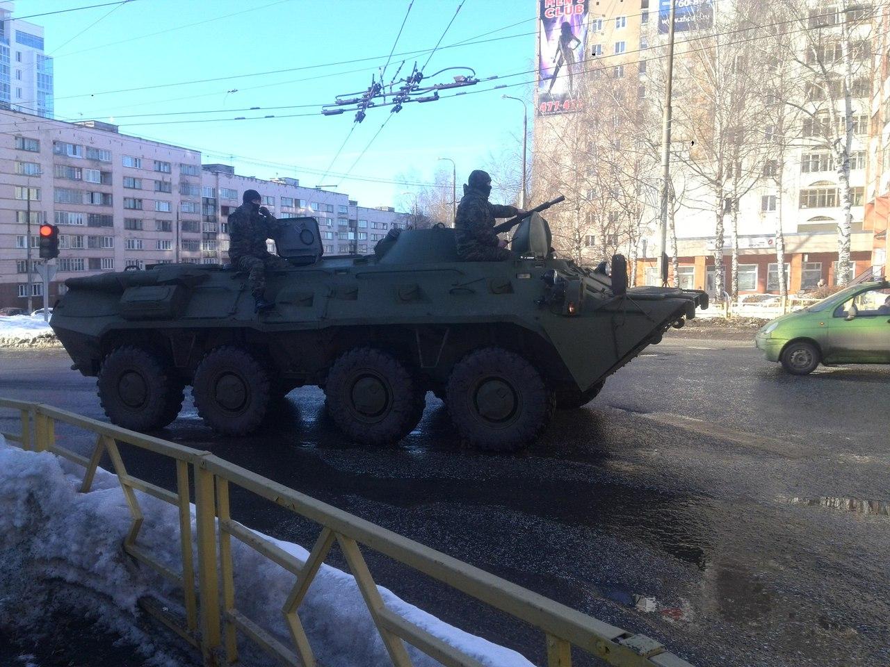 Вчера на дорогах Кирова люди могли видеть БТР