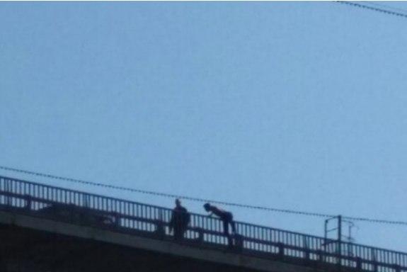 Сотрудник ПСС отговорил мужчину в Томске прыгать с моста