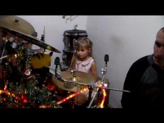 Нонна со своим любимым папулей играет на барабанах