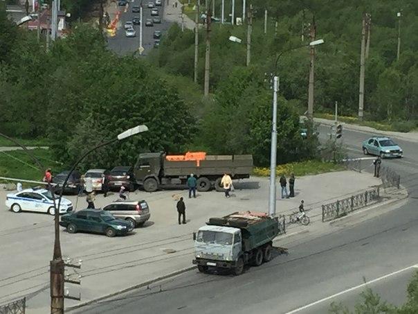 В Мурманске КамАЗ вылетел на тротуар и протаранил три машины