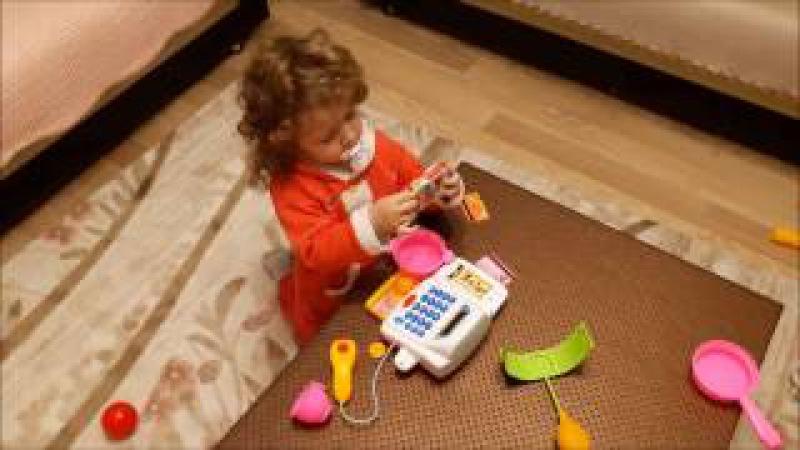 Yeni Alınan Oyuncak Market Kasasına Çok Sevinen Küçük Kız