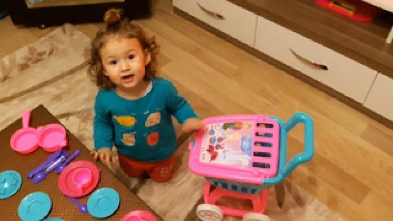 Yeni Alınan Oyuncak Market Arabasına Ve Tencere Takımına Çok Sevinen Küçük Kız