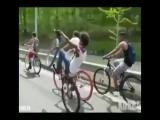 Парень отжигает на велосипеде