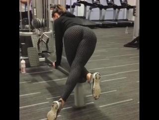 Спортивная девушка качает попку. Судя по всему эффективно.