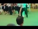 Мужик очень смешно танцует. Ржал до слез