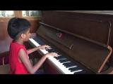 Парень исполняет на пианино