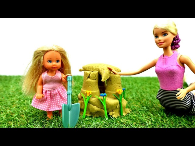 Barbie e Steffie fanno castello di sabbia nel parco giochi-Video per bambini nuovi episodi italiano