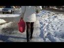 Девушка в колготках и сапогах идет по улице