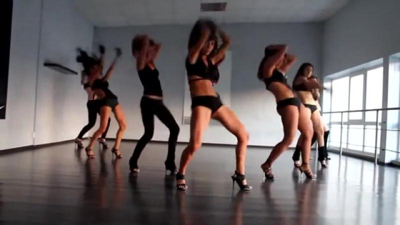 Танцуют девушки голые