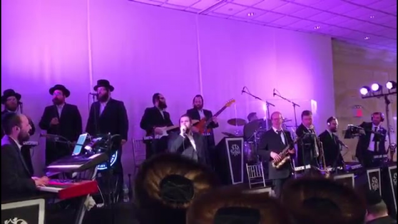 Shmueli Ungar with Shira choir and freilech band singing מודים from mbd
