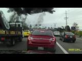 В США одномоторный самолет рухнул на шоссе