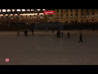 Очевидцы сняли на видео массовое гуляние по льду Фонтанки