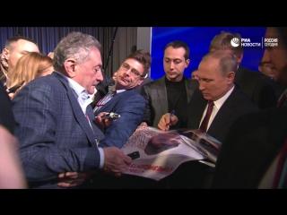 Путин подписал плакат для школьника, которому подарил собаку