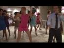 Девушка отжигает на свадьбе в розовом платье и в колготках