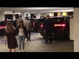 Папарацци   Эмма покидает премьеру фильма «Приключения медведя Бригсби» в компании Дэйва Маккэри и друзей   16 июня 2017