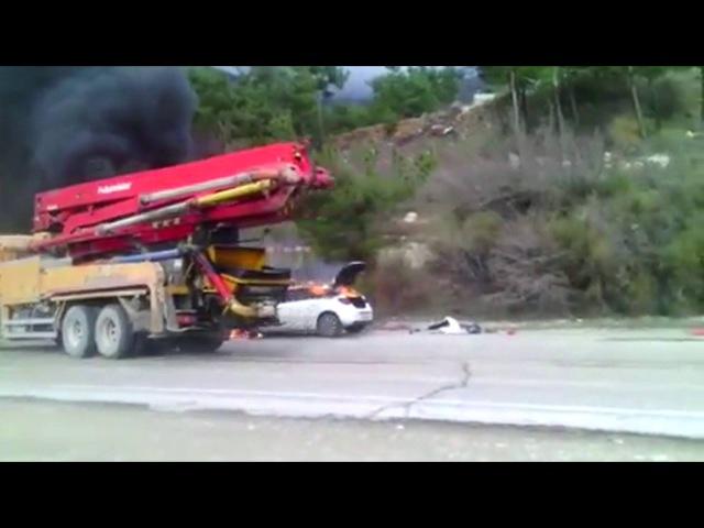 Водитель бетононасоса потушил горящий автомобиль