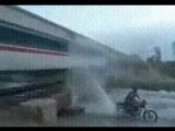 Как с помощью мотоцикла порадовать скорый поезд?