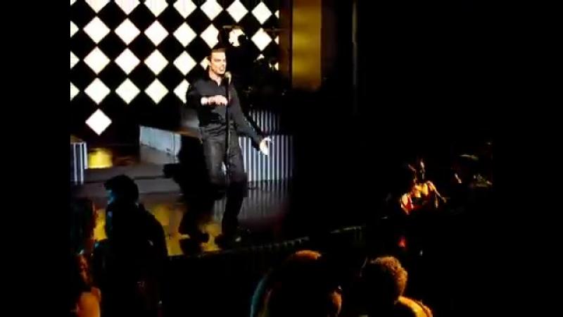Рики Мартин (Энри́ке Марти́н Мора́лес).Ricky Martin. Песня - Жить безумной жизнью (Livin La Vida Loca)...
