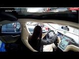 брюнетка на Tesla троллит парковщиков