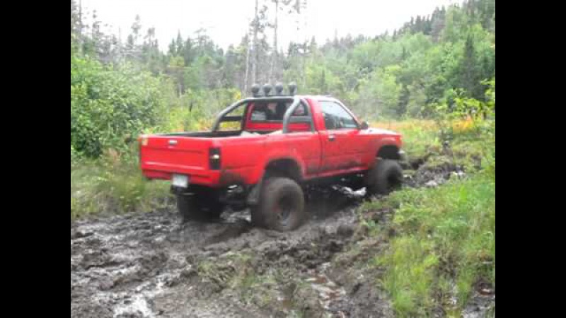 93 4x4 Toyota Hilux Pickup Off Roading in mud... Leaf spring snap