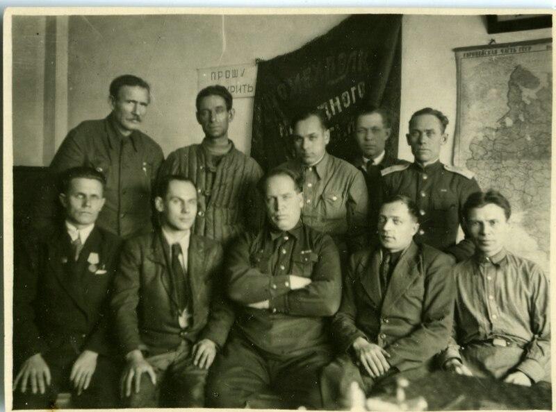 Группа работников СТЗ - народные ополченцы в период сталинградских боев.1943,весна.Сталинград