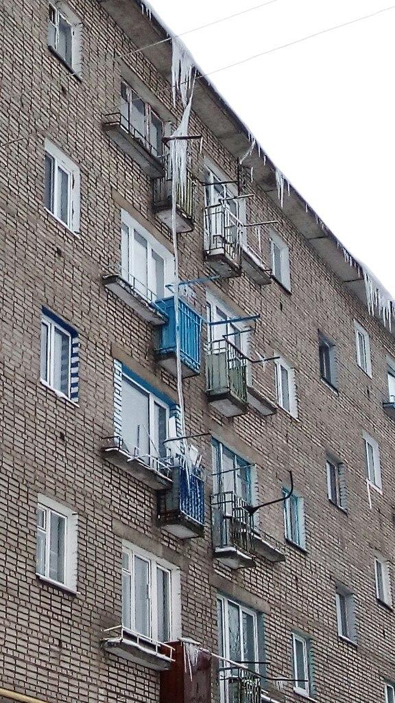 Фотофакт. Борисовчанам угрожает трехэтажная сосулька 1