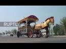 Китай: «Я чувствую, что я цветок» - Хэнань фермер строит железные конные автоматы, чтобы вытащить его по городу.