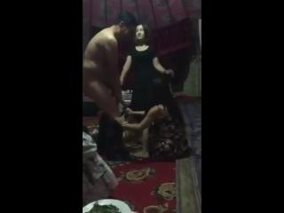 Мужчины и женщины устроили пьяную оргию в юрте