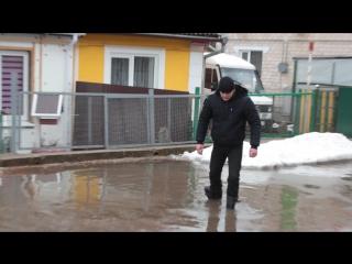 Жители переулка Юбилейный не первый десяток лет борются с лужами, которые образуются после оттепелей и дождей. По улице невозмож
