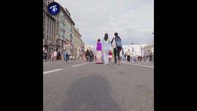 Аладдин путешествует по Петербургу на 'ковре-самолёте'