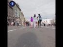 Аладдин путешествует по Петербургу на 'ковре самолёте'