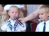 Первоклассники в слезах рассказывают стишки на линейке 1 сентября в Новосибирске