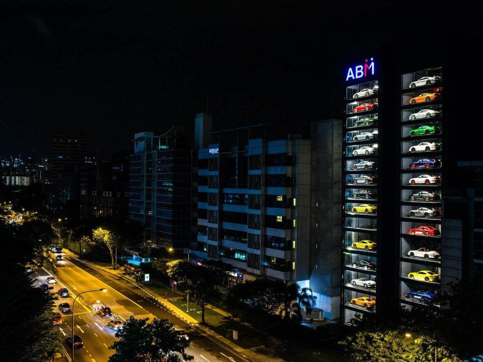 В Азии заработал 15-этажный «аппарат» для продажи авто.