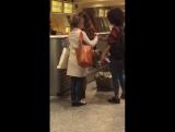 Эмилия Кларк в аэропорту в Бильбао 31.10.16