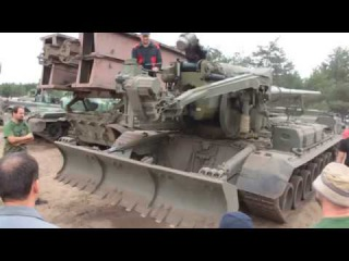 2C7 Пион - загрузка снаряда - советская 45 тонная 203-мм самоходная пушка - объект 216