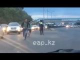 Двое мужчин устроили драку прямо на перекрестке в Алматы 1