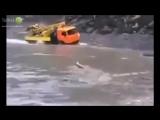 Камаз под водой проезжает реку