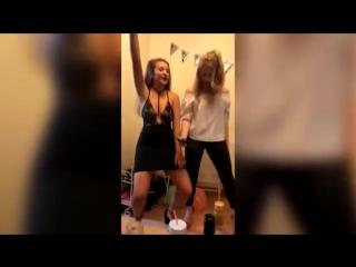 Девушка села на штырь во время сексуального танца