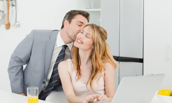 Муж и подруга целуют жену