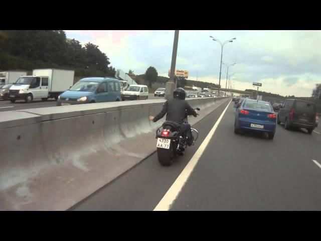 Как мотоциклисты приветствуют друг друга на дороге?