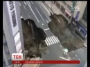 В Японії на шосе раптово утворилося глибоке провалля