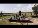 Александр Солодуха сел на шпагат между двумя танками!